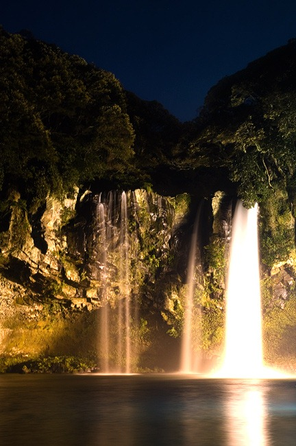 Cheonjiyeon_Waterfall_at_Night