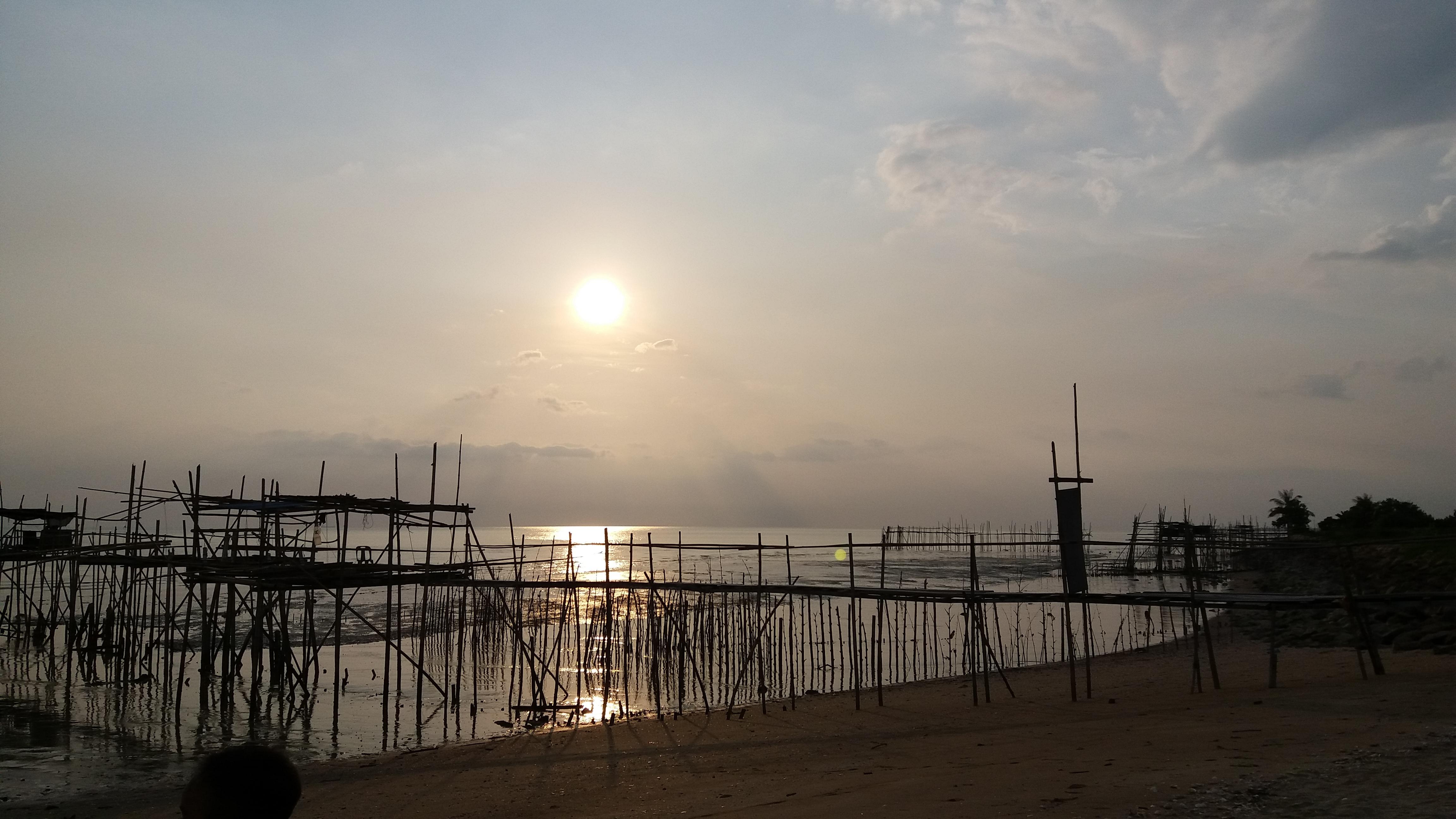 Santai Petang di Pesisir Pantai Parit Jabar Senggarang