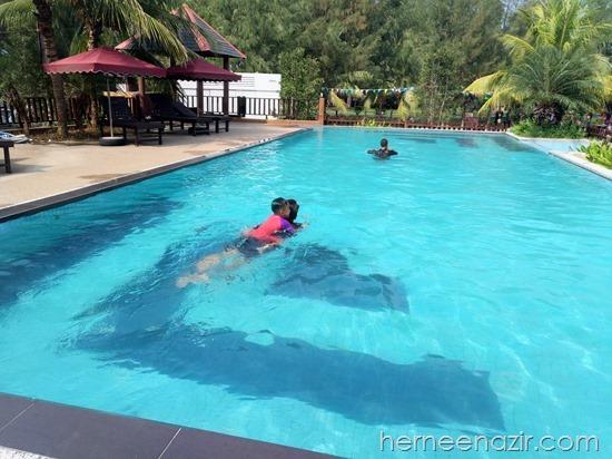 Mandi-manda Di Tanjung Sepang Beach Resort, Teluk Ramunia